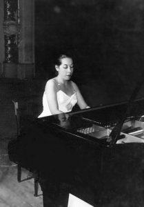 Clarisse leite ao piano by Cláudio César Dias Baptista / FAL